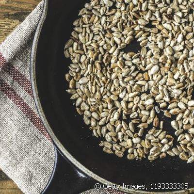The recipe for roasted sunflower seed can be increased with paprika, curry and even lemon juice, yielding a dish rich in good fats, vitamins, fibers, proteins and other important nutrients
