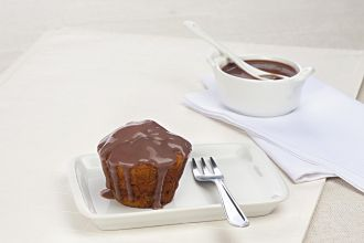 Muffin integral de banana com calda de chocolate